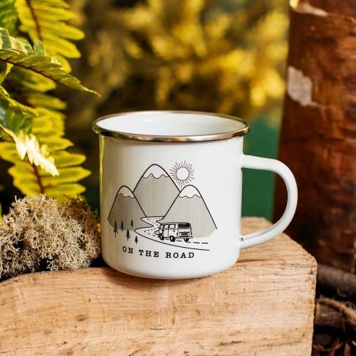 Taza blanca con dibujo de montaña y furgoneta